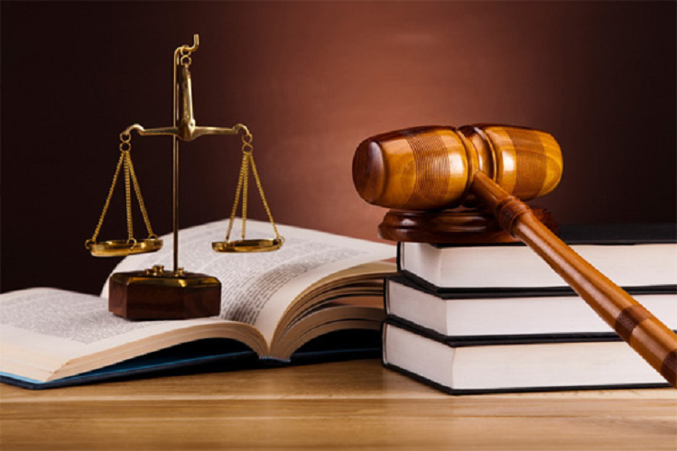mazo-y-balanza-de-la-justicia.png
